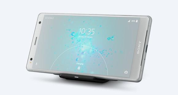 「Xperia XZ2 Premium」のワイヤレス充電の様子