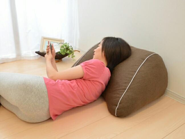 スマホ操作を楽にする「スマホ枕」が登場!寝ながらスマホでも負担が少ない