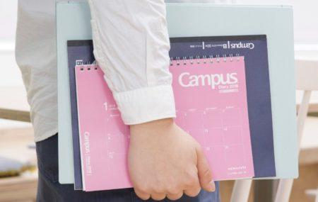 「キャンパスダイアリー・マンスリー 卓上タイプ」を持ち運んでいる様子