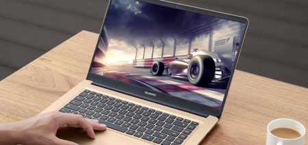 「HUAWEI MateBook D」の外出先での使用イメージ