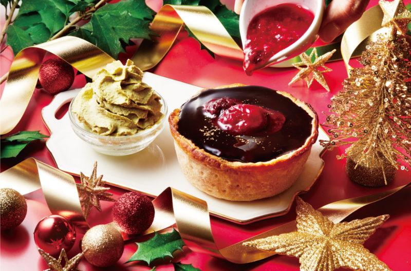「焼きたてミニチーズタルト クリスマス×とろけるショコラ」にベリーソースをかけている様子