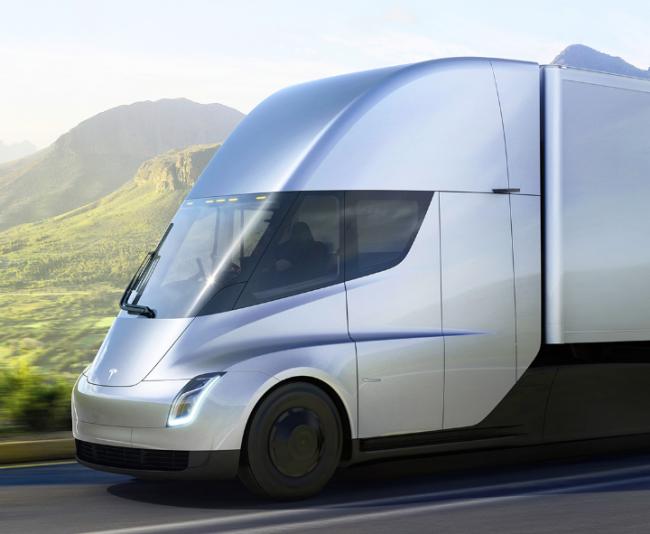 テスラが電気トラック「セミ」を発表!1回の充電で約800キロ走行可能