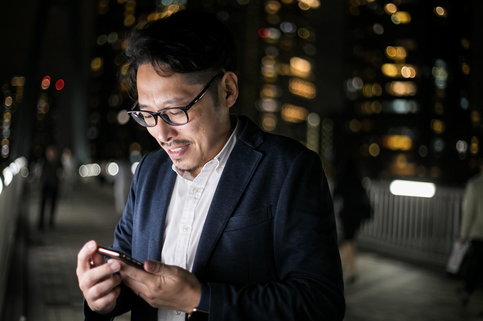 スマートフォンを確認する男性