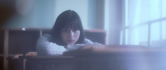 「Find You」のミュージックビデオに登場する中条あやみさん