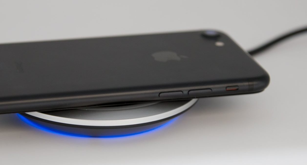 「cheero Wireless Charger」が対応機器を判別して光っている様子