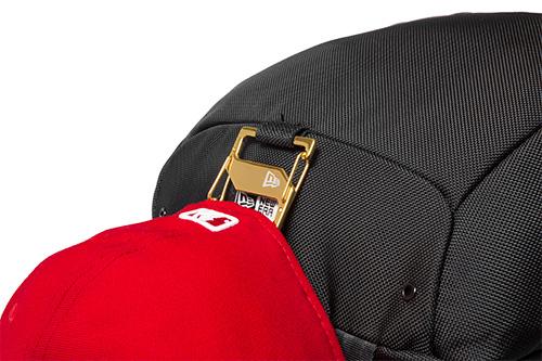 「ニューエラ」と「WHIZ LIMITED」のコラボレーションによるバックパック「Rucksack」で[Cap Clip]を使用した場合