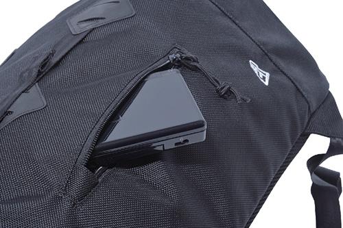 「ニューエラ」と「WHIZ LIMITED」のコラボレーションによるバックパック「Rucksack」の外側ポケットのジップ