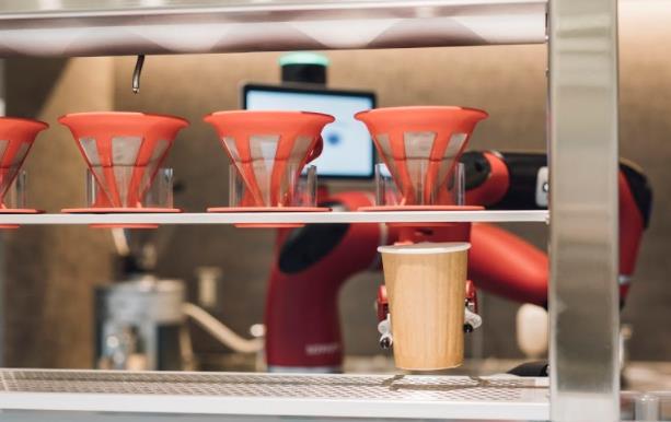 「変なカフェ」でロボットがドリップしている様子