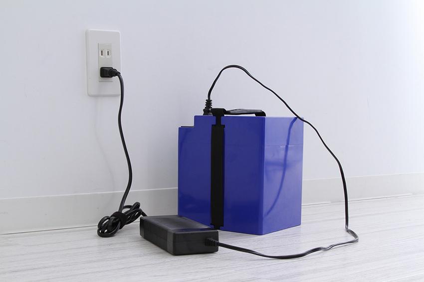「notte V2」「notte」のバッテリーを取り外して屋内で充電している画像