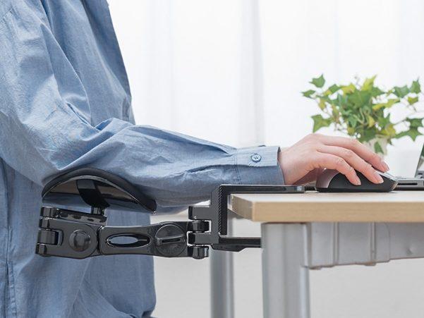机に挟むだけで使えるエルゴノミクスアームレスト「200-TOK011」が快適