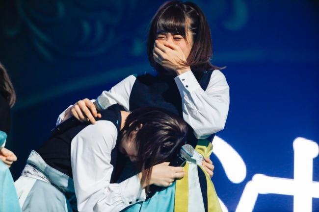 けやき坂46の日本武道館公演でサプライズ発表がされ、涙するメンバー