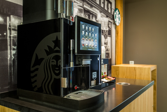 「We Proudly Serve Starbucks」のコーヒーマシン