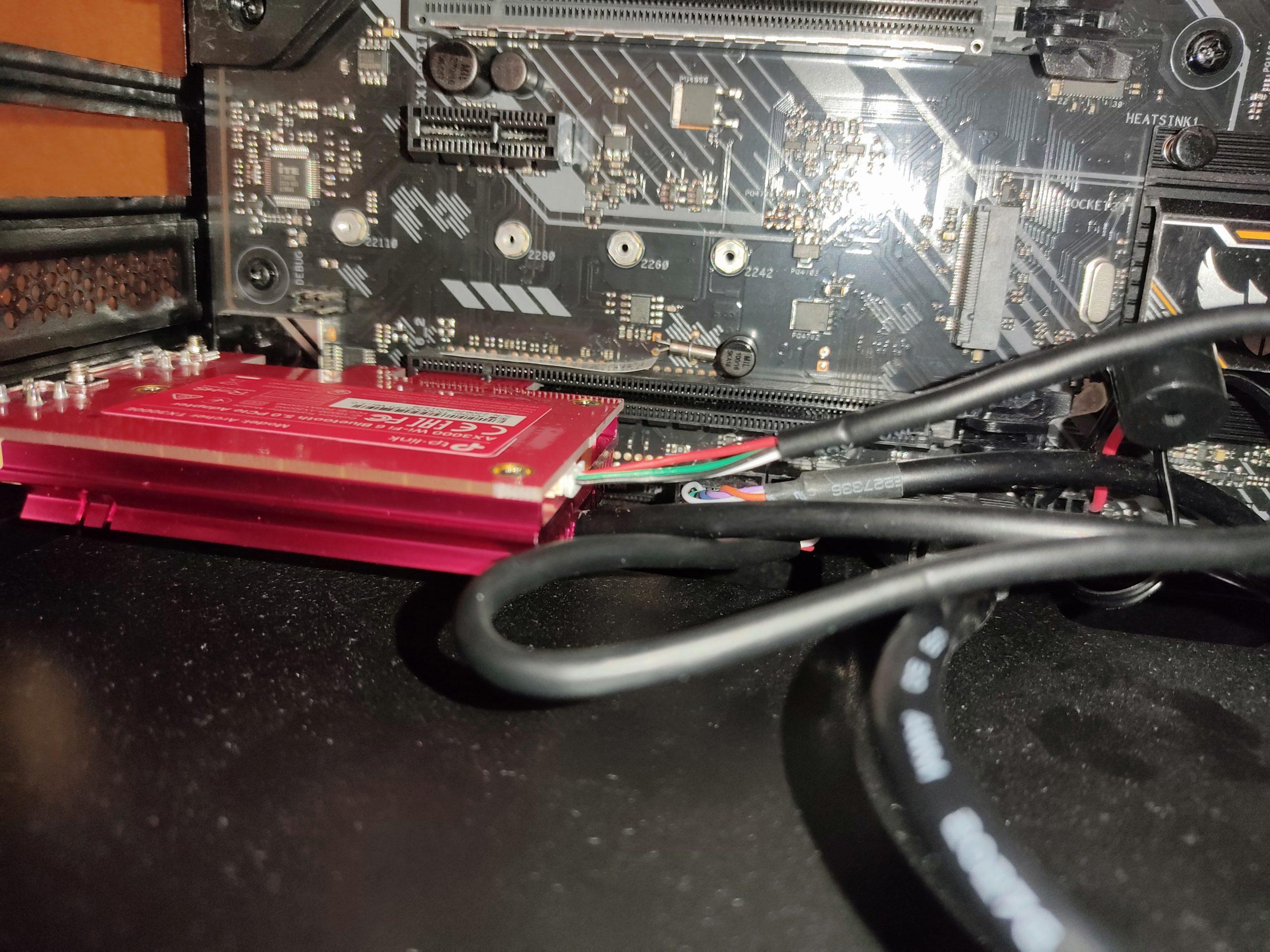 コネクタケーブルをUSB2.0ヘッダーに接続し、本体をPCI-Eスロットへ設置