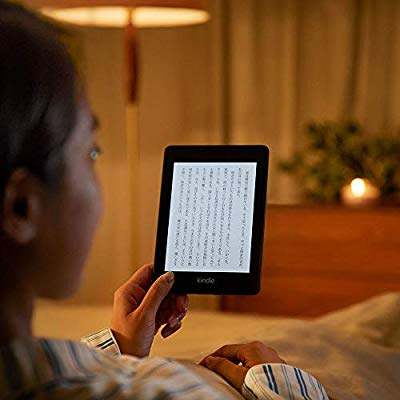 新Kindle Paperwhiteをベッドで使用している様子