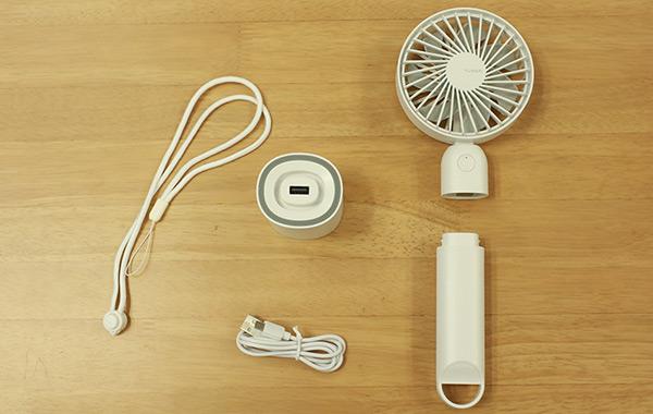 付属品:ストラップ、給電スタンド、USBケーブル