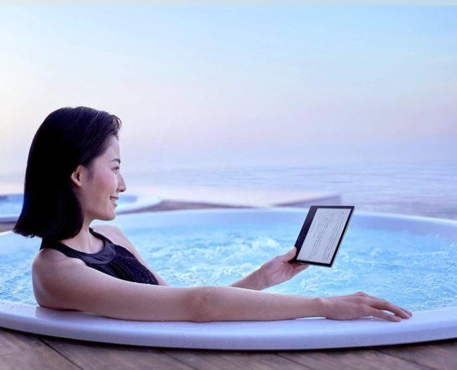 新型「Kindle Oasis」をプールで使用している様子