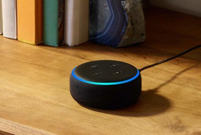 「Echo Dot 第3世代」を本棚に置いたときのイメージ