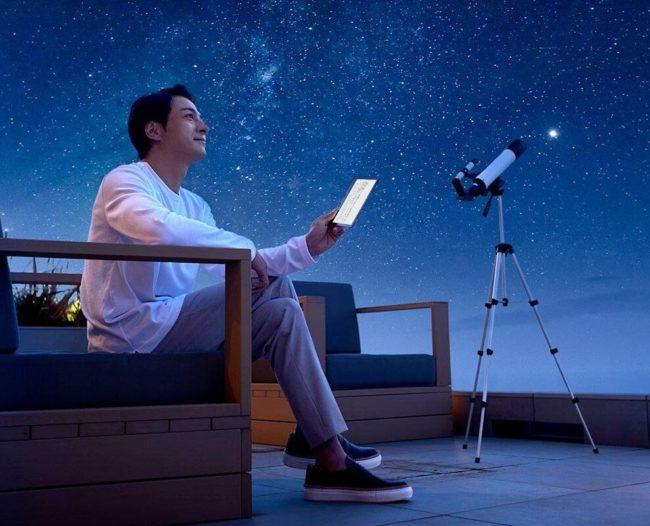 新型「Kindle Oasis」を夜に使用している男性