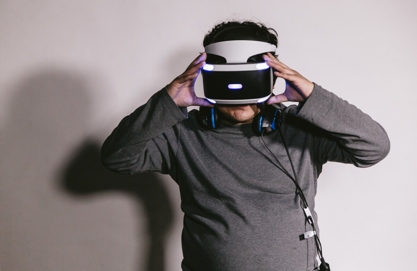 「PlayStation VR」を装着している様子