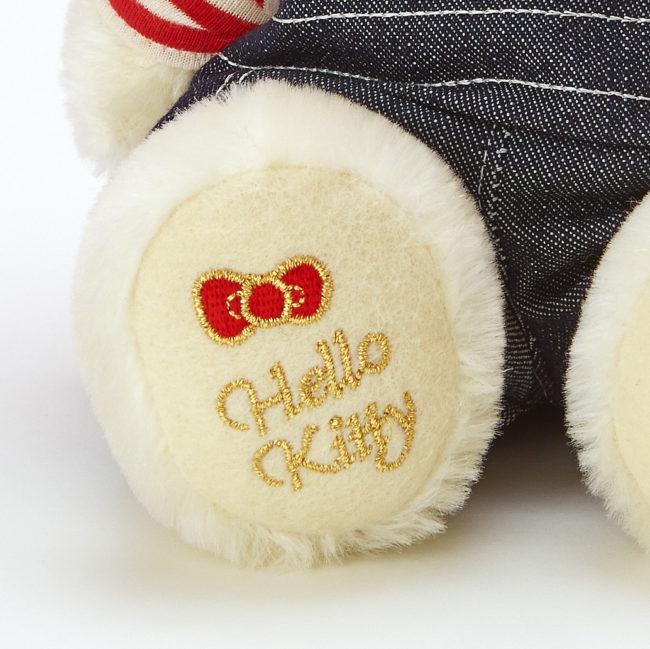 足裏にある「Hello Kitty」のロゴ
