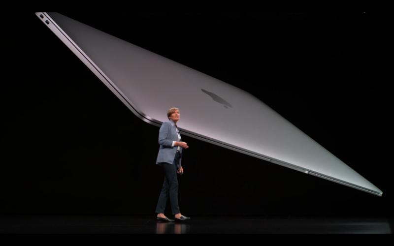 新型MacBook Airの薄さ