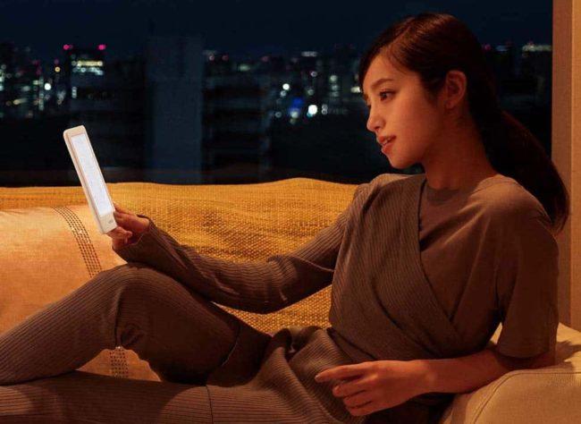 新型「Kindle」を暗い場所で使用している様子