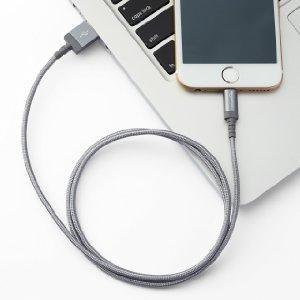 「Amazonベーシック 高耐久ナイロン ライトニングUSB充電ケーブル」の使用イメージ