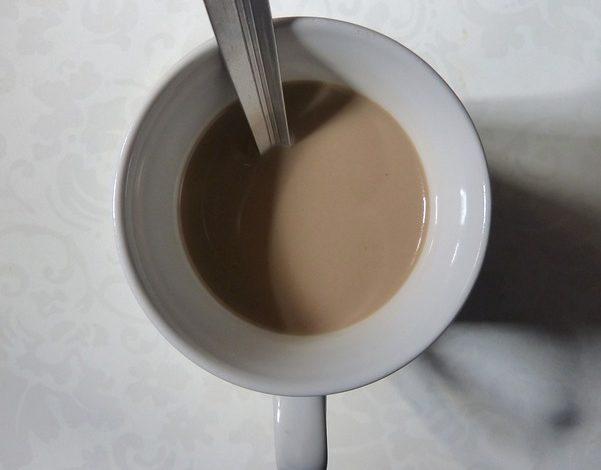 カップに入っているミルクティーの画像