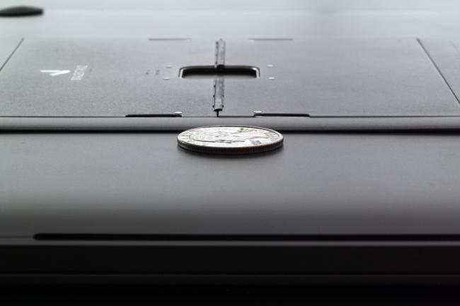 「Majextand」と25セント硬貨の薄さを比較している画像