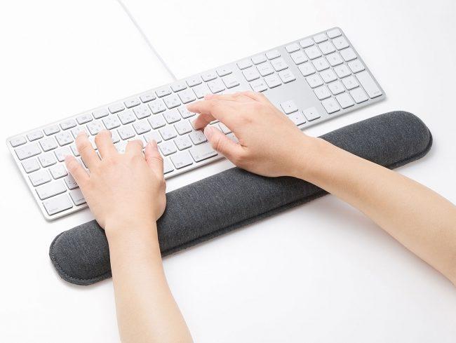 PC作業の手首の負担を軽減してくれるリストレスト「TOK-ERG5DGY」