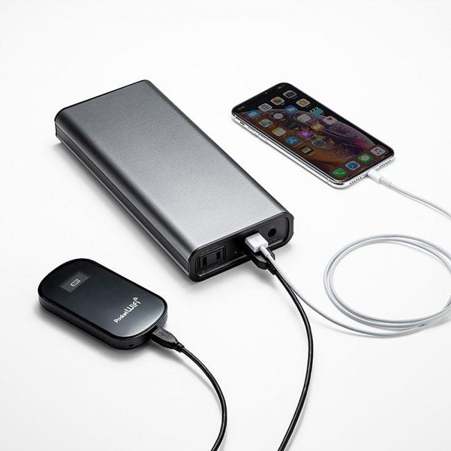 「700-BTL035」でスマートフォンとPocket WiFiを同時に充電している様子