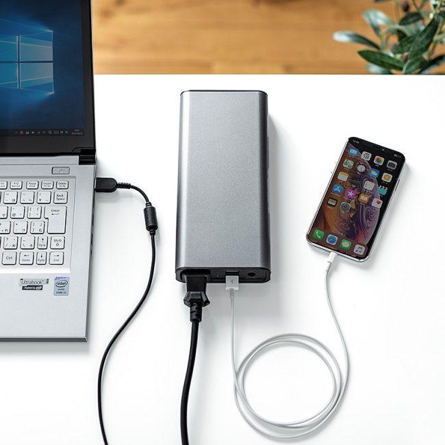 「700-BTL035」でスマートフォンとパソコンを同時に充電している様子