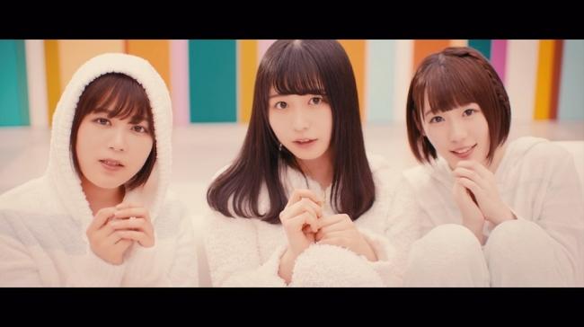 「バスルームトラベル」ミュージックビデオでメンバーがルームウェアを着ている場面