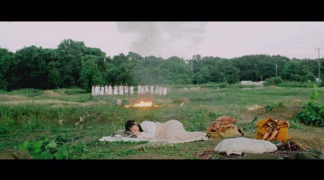 「日常」のミュージックビデオの原っぱでのワンシーン