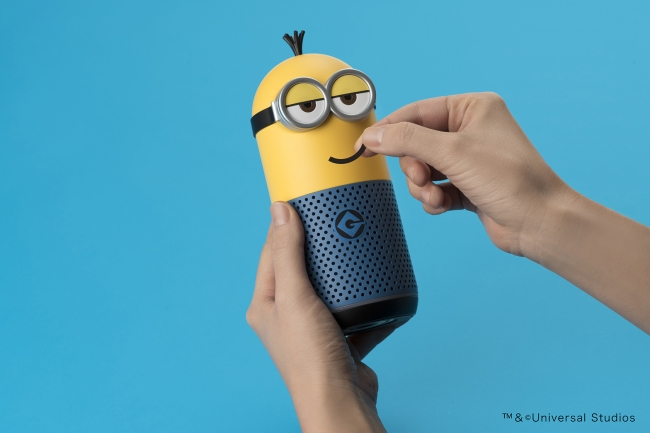 「Clova Friends (MINIONS Kevin)」を付属のステッカーでカスタマイズしている様子