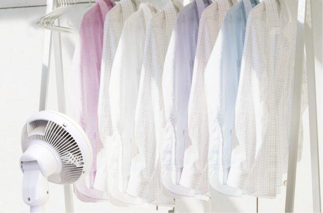 「サーキュレーター扇風機(KSF-DC151T)」の衣類乾燥モードを使用している様子