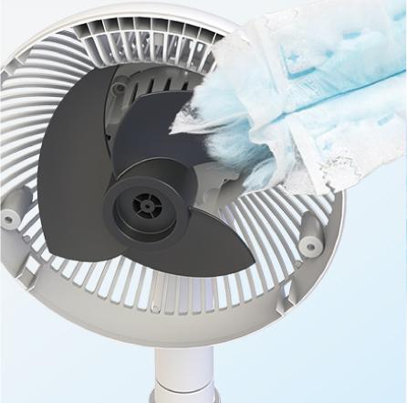 「サーキュレーター扇風機(KSF-DC151T)」のファンをお手入れしている様子