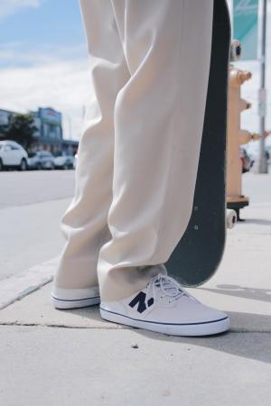 ニューバランスの「SKATE STYLE(スケートスタイル)」を着用している様子