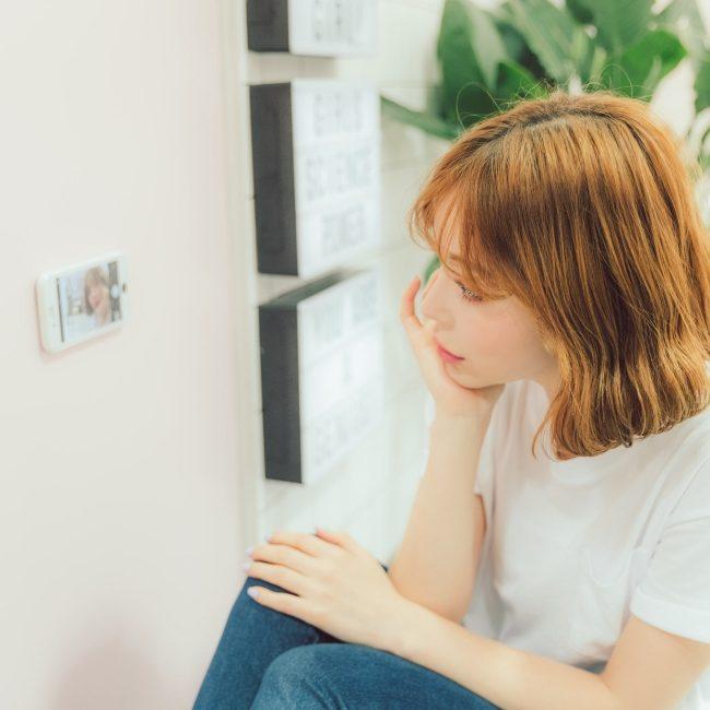 壁に張り付けられるiPhoneケース「WAYLLY」 にホワイトモデルが登場!