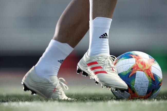 COPA 19.1 FG/AGを着用してサッカーをプレイしている様子