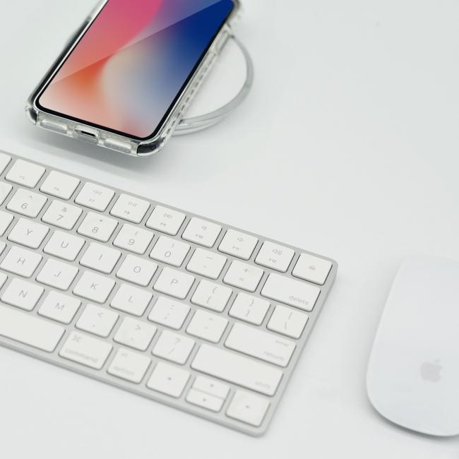 「Artifit Ultra Hybrid iPhone Case」を装着したままワイヤレス充電している様子