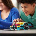 「レゴ エデュケーション SPIKEプライム」でプログラミング学習をしている様子(高学年)