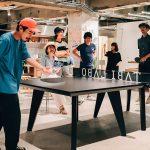 「T4 OFFICE」で社員が卓球をして楽しんでいる様子