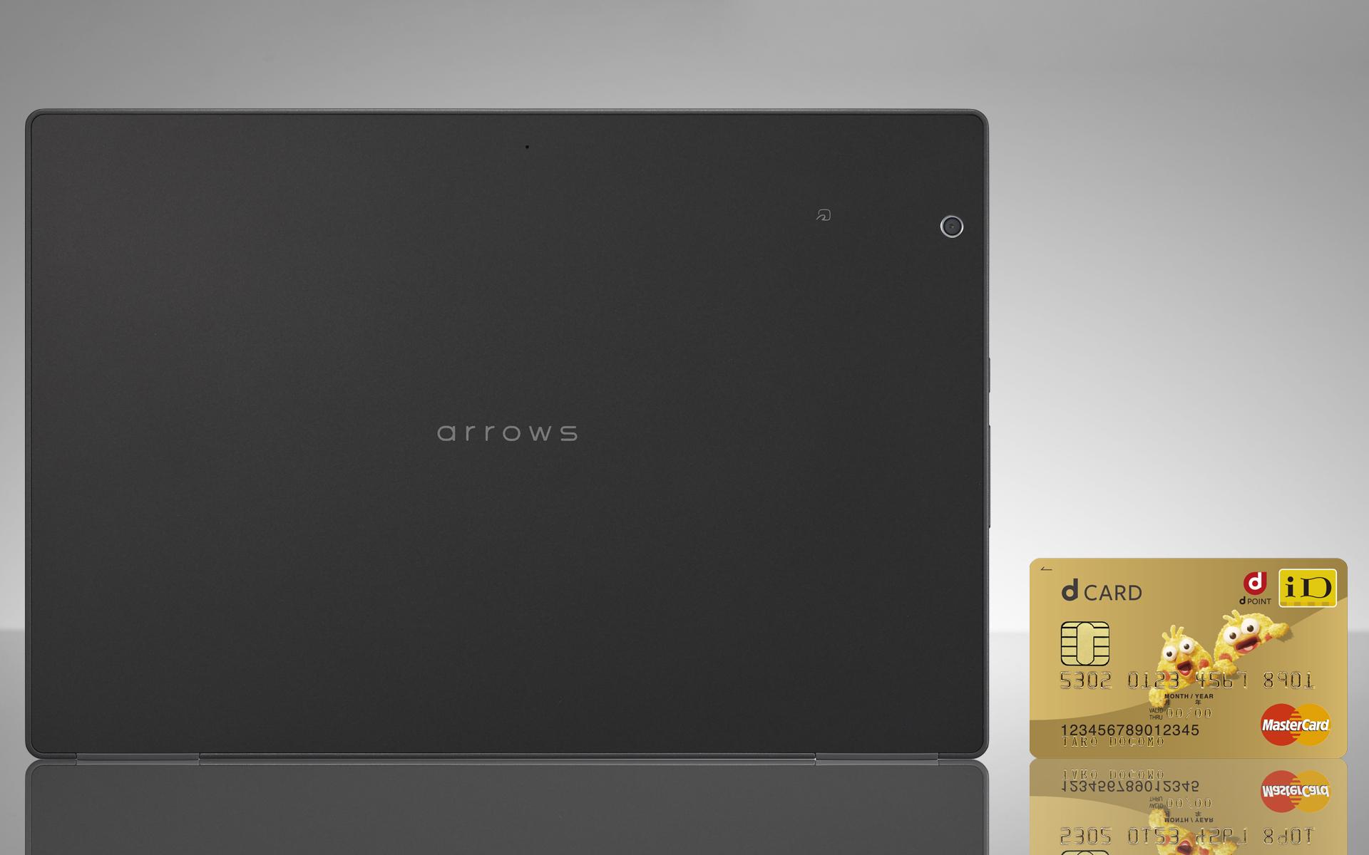 「arrows Tab F-02K」の大きさをクレジットカードと比較している画像