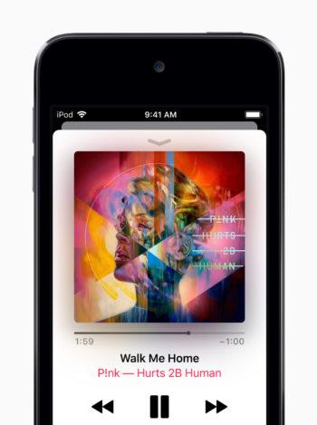 「iPod touch(第7世代)」で音楽を再生している様子
