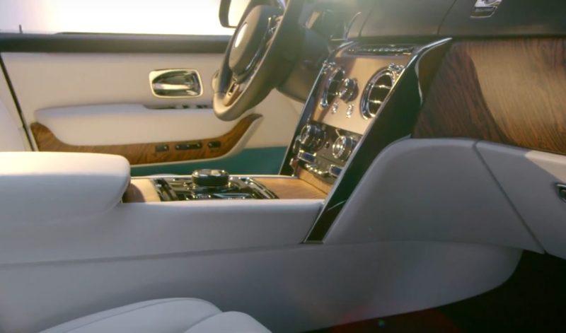 「カリナン」の運転席