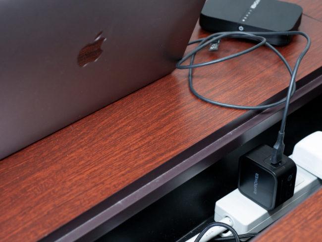 「RAVPower USB Type-C 61W 急速充電器 RP-PC112」を使用して充電している様子