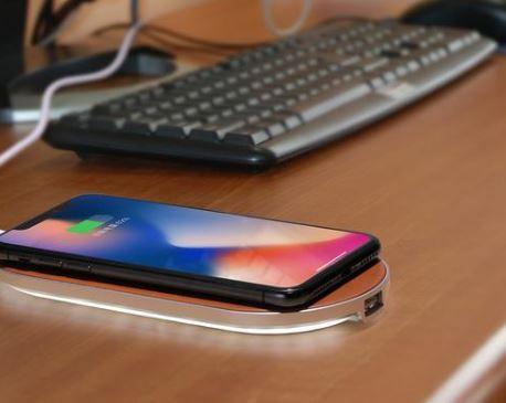 「EWCP01」でiPhoneXを充電している様子
